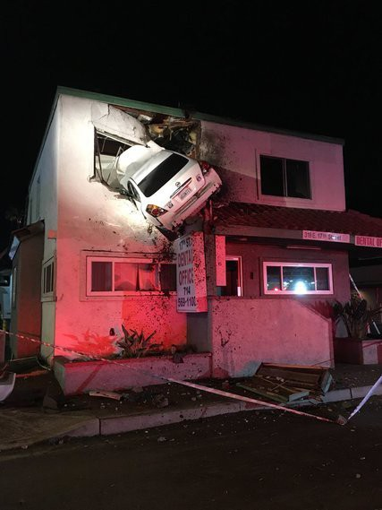 Mỹ: Xe phóng trúng dải phân cách, lao lên tầng 2 tòa nhà - Ảnh 1.