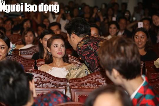 CLIP: Trường Giang cầu hôn Nhã Phương tại Lễ trao Giải Mai Vàng - Ảnh 3.