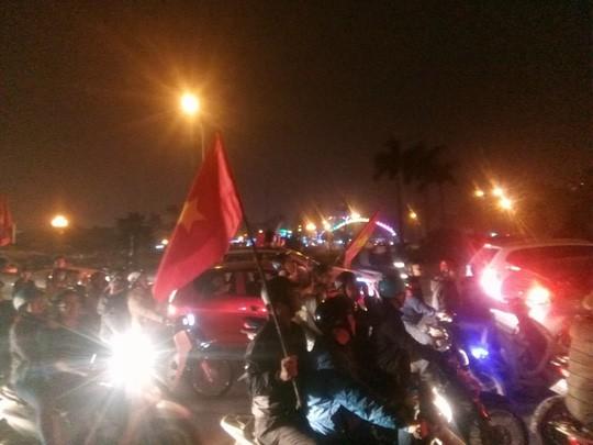 Ngập sắc đỏ mừng chiến thắng nức lòng của U23 Việt Nam - Ảnh 18.