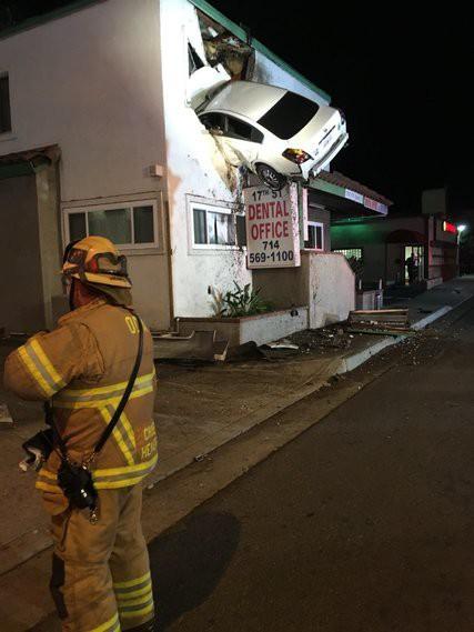 Mỹ: Xe phóng trúng dải phân cách, lao lên tầng 2 tòa nhà - Ảnh 3.