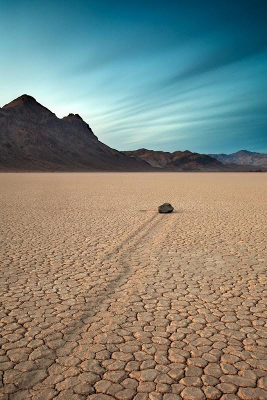 Bí ẩn về những hòn đá ma thuật tự dịch chuyển trong sa mạc - Ảnh 4.