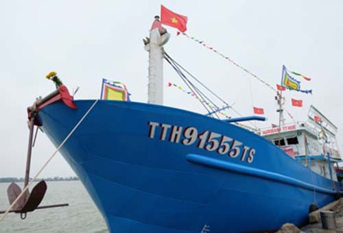 Agribank Thừa Thiên - Huế bàn giao tàu vỏ thép cho ngư dân - Ảnh 1.