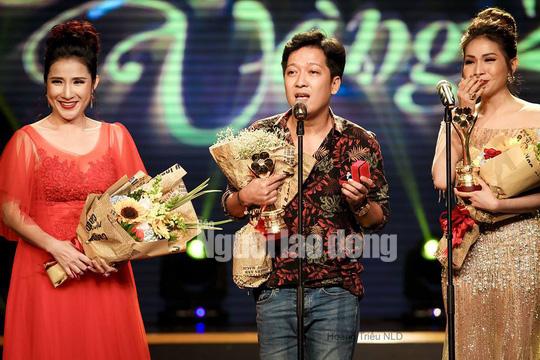 CLIP: Trường Giang cầu hôn Nhã Phương tại Lễ trao Giải Mai Vàng - Ảnh 2.