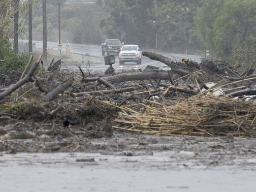 California: Dòng sông bùn ập tới, ít nhất 13 người chết - Ảnh 7.