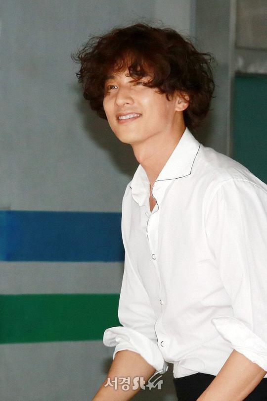 Trend tóc xù mì bà thím của các tài tử Hàn sau khi lấy vợ - Ảnh 2.