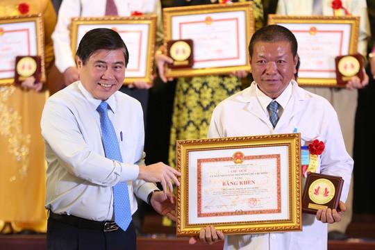 Nghe chuyện rơi nước mắt, Phó Chủ tịch nước tặng ngay 50 triệu đồng - Ảnh 1.