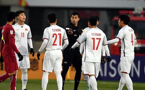 CĐV lo ngại trọng tài Singapore lại ép Việt Nam khi gặp Iran - Ảnh 1.