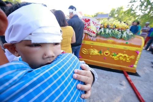 Vợ chồng chết dưới bánh xe container: Hơn 2,5 tỉ đồng giúp 3 bé mồ côi - Ảnh 2.