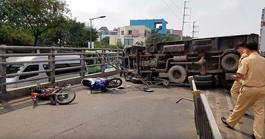 Xe tải lật nhào, nhiều người gào khóc vứt phương tiện bỏ chạy - Ảnh 1.
