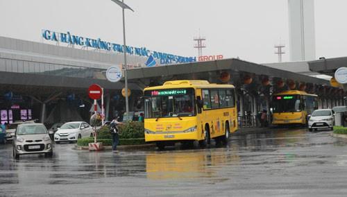 Dùng xe buýt giảm áp lực cho Tân Sơn Nhất - Ảnh 1.