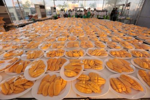 Thái Lan nấu 5 tấn xôi xoài đãi 10.000 khách Trung Quốc - Ảnh 1.