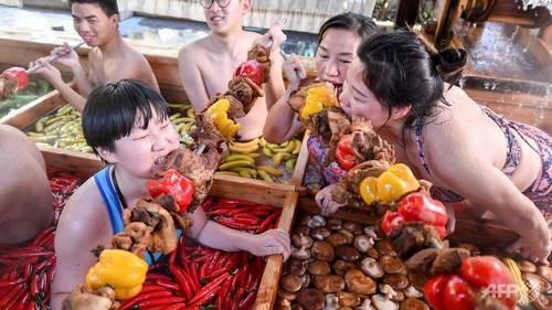 Khách Trung Quốc vừa tắm vừa ăn trong nồi lẩu khổng lồ - Ảnh 2.
