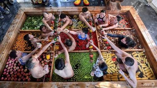 Khách Trung Quốc vừa tắm vừa ăn trong nồi lẩu khổng lồ - Ảnh 1.