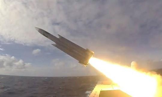 Bị Trung Quốc dọa dùng vũ lực, Đài Loan khoe tên lửa xịn - Ảnh 1.