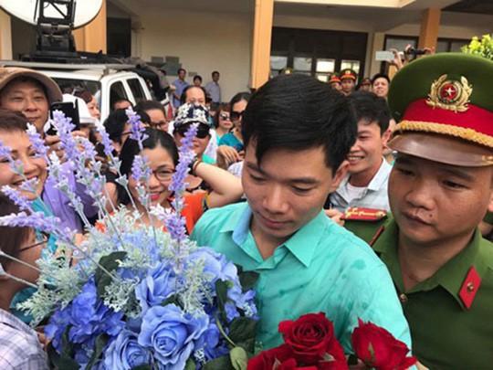 Vợ bác sĩ Hoàng Công Lương làm đơn xin cho chồng được xét xử vắng mặt - Ảnh 1.