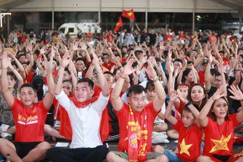 Hàng ngàn người hát vì đội tuyển - Ảnh 1.