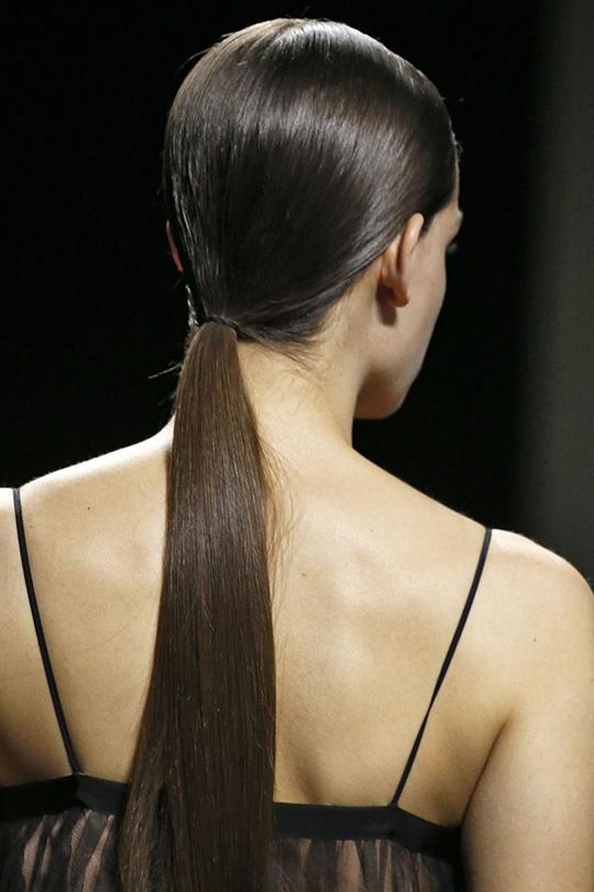 Những kiểu tóc đẹp trên sàn diễn thời trang mà bạn có thể học theo - Ảnh 2.