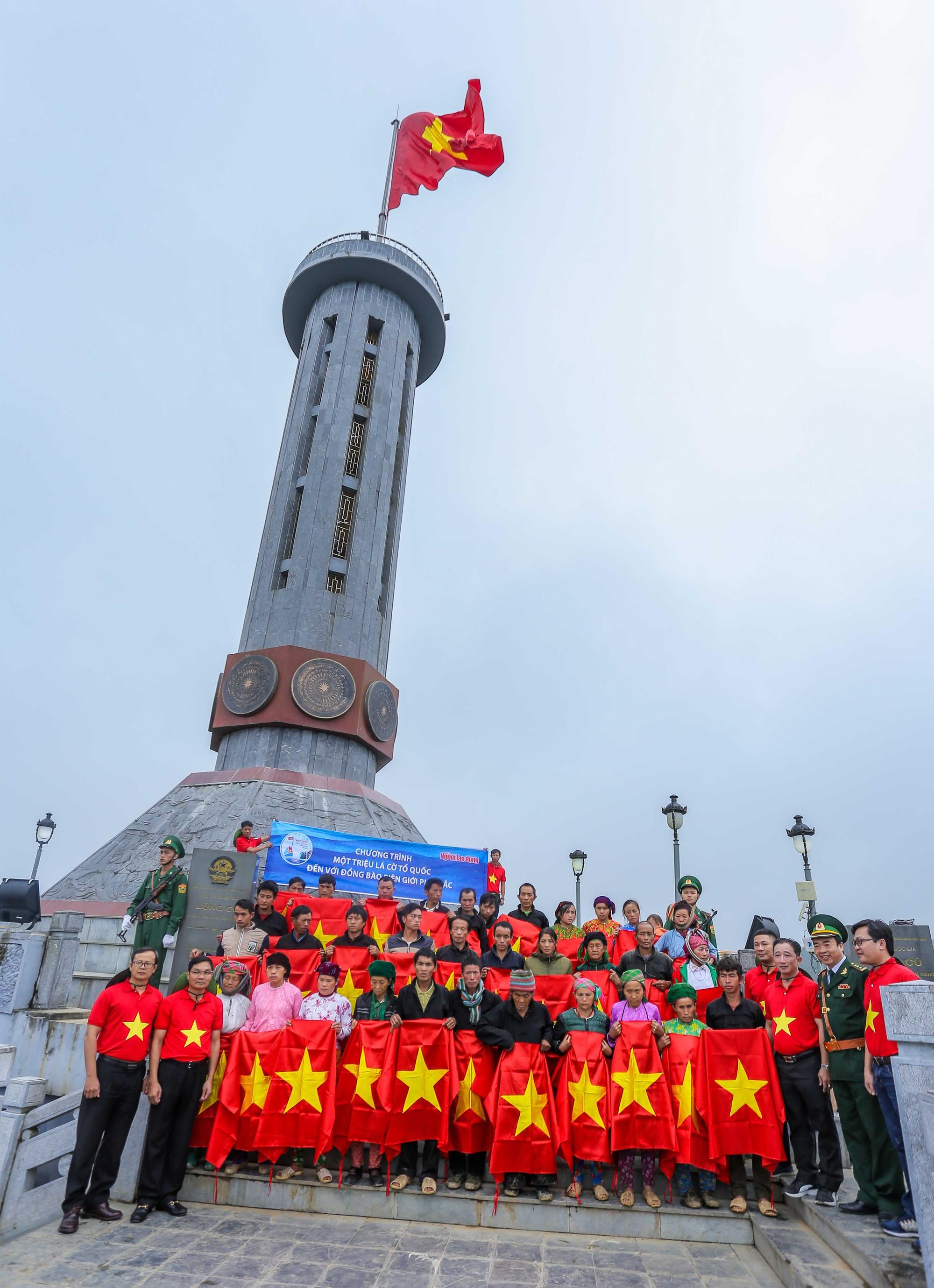 Báo Người Lao Động tổ chức Lễ Chào cờ tại Cột cờ Quốc gia Lũng Cú - Báo  Người lao động