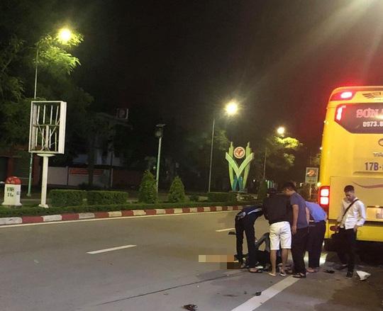 Xe khách giường nằm tông xe máy văng 30 m, 2 nữ sinh viên thương vong - Ảnh 1.