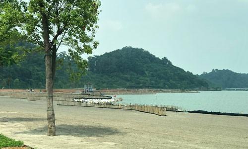 Sân golf lấp gần 7 ha hồ thủy lợi - Ảnh 1.
