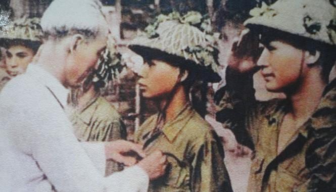 Chủ tịch Hồ Chí Minh tặng Huy hiệu Điện Biên cho chiến sĩ Hoàng Đăng Vinh - Ảnh tư liệu