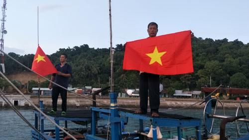 Hân hoan đón cờ Tổ quốc - Ảnh 2.
