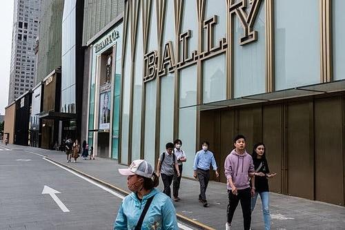 Người Trung Quốc ngày càng ít tiêu xài hơn - Ảnh 1.