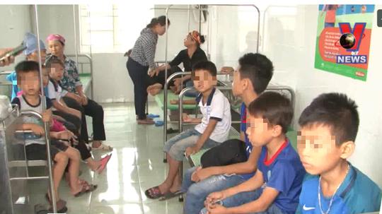 70 học sinh tiểu học nhập viện nghi bị ngộ độc thực phẩm - Ảnh 1.