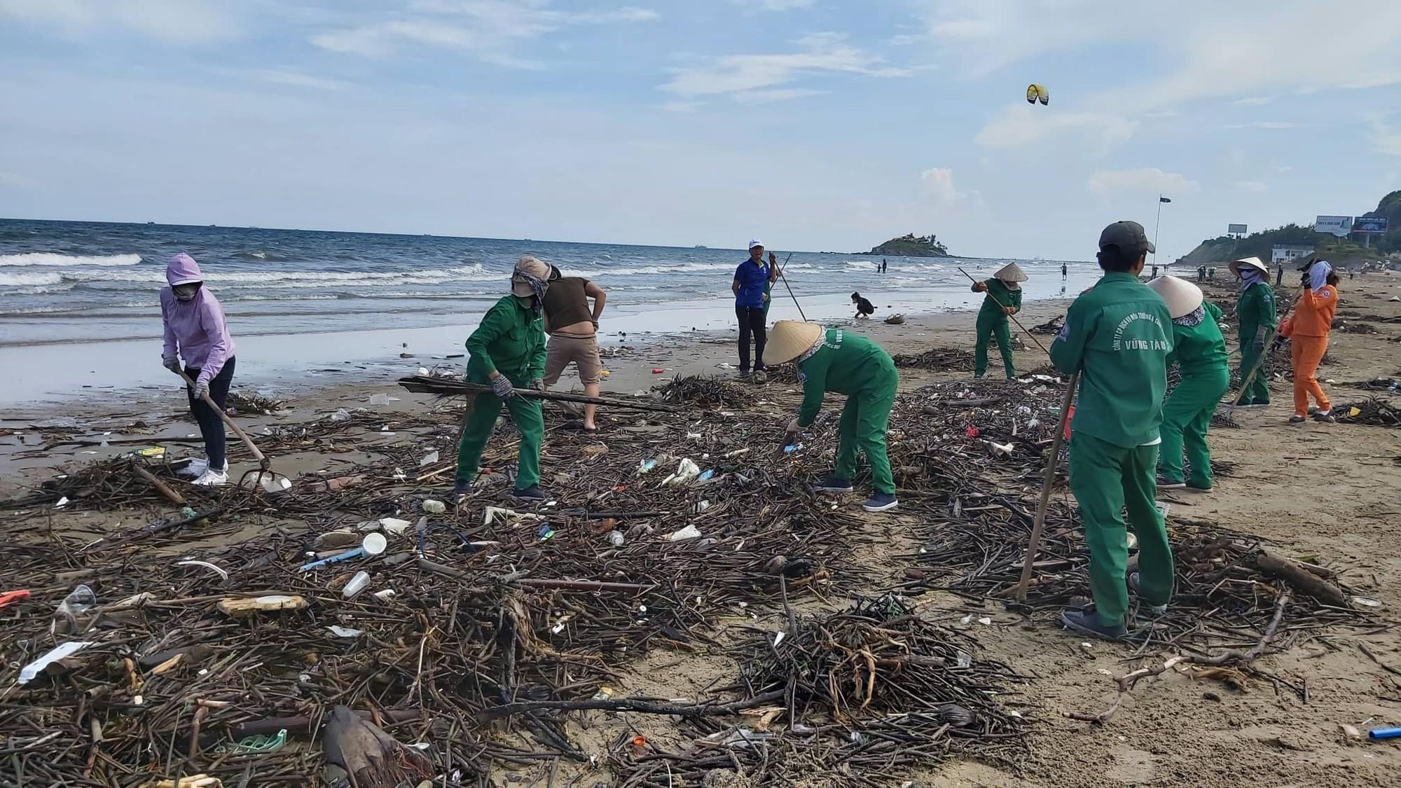 Cận cảnh bãi biển Vũng Tàu bị cả trăm tấn rác vây kín! - Ảnh 4.