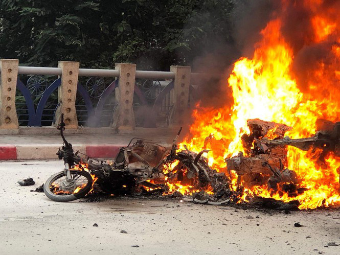 Xe ôtô hạng sang Mercedes va chạm với nhiều xe máy rồi bốc cháy dữ dội, 1 người tử vong tại chỗ - Ảnh 5.