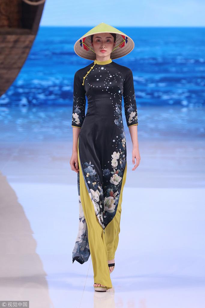 Công chúng phẫn nộ nhà thiết kế Trung Quốc nhận vơ áo dài Việt - Ảnh 1.
