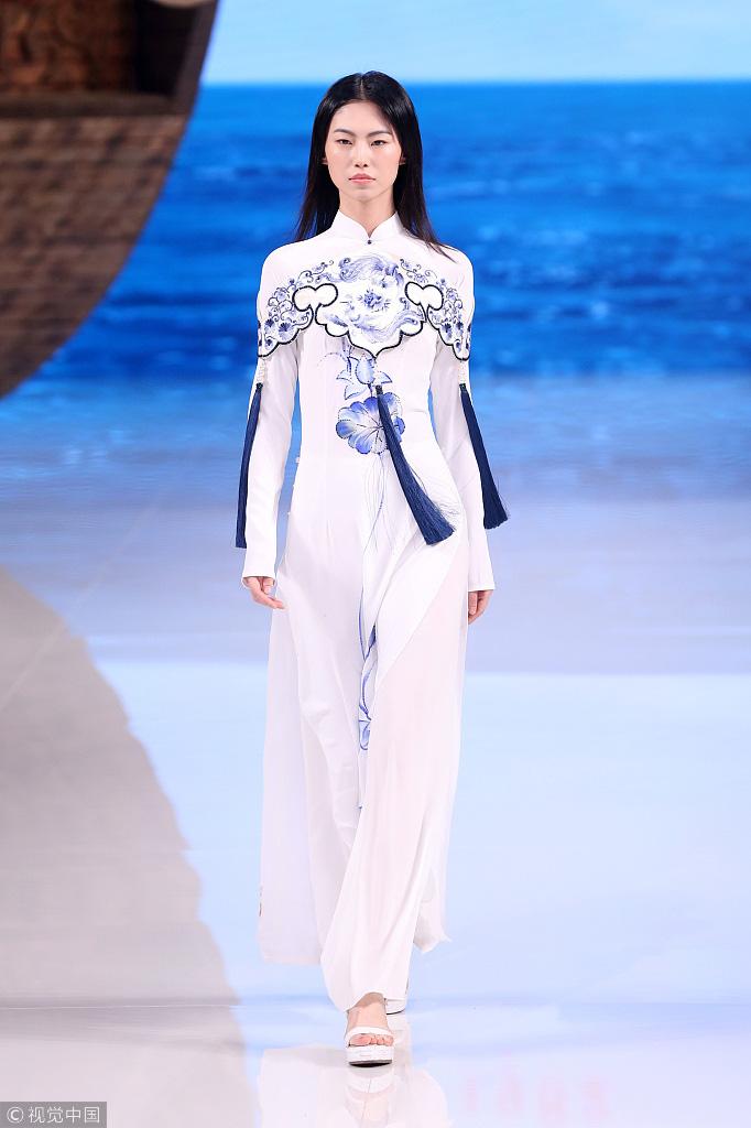 Công chúng phẫn nộ nhà thiết kế Trung Quốc nhận vơ áo dài Việt - Ảnh 7.