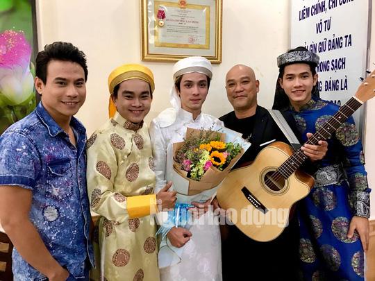 Diễn viên Trí Quang và nhạc sĩ Quốc Hùng xúc động hát vì trẻ mồ côi - Ảnh 3.
