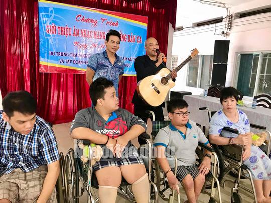 Diễn viên Trí Quang và nhạc sĩ Quốc Hùng xúc động hát vì trẻ mồ côi - Ảnh 2.