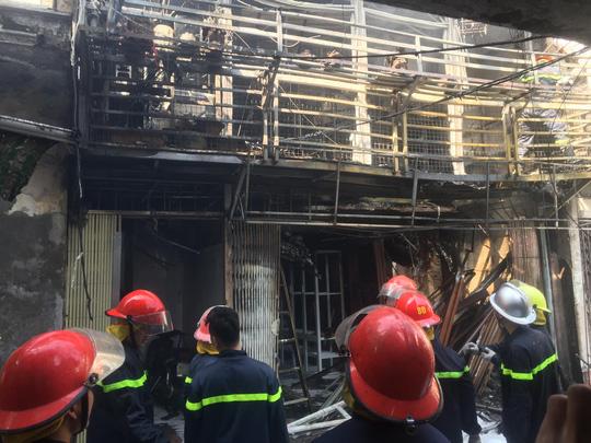 Xe chở bình gas bất ngờ phát nổ, lửa lan sang nhà dân - Ảnh 2.