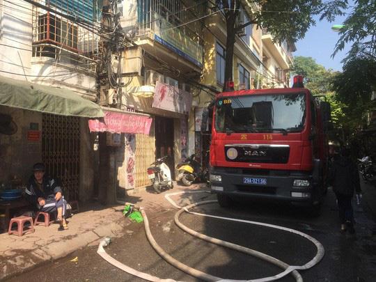 Xe chở bình gas bất ngờ phát nổ, lửa lan sang nhà dân - Ảnh 4.