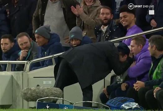 Mourinho tri ân cậu bé nhặt bóng trong chiến thắng ở Champions League - Ảnh 6.