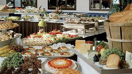 Lý do khách sạn luôn có buffet sáng miễn phí - Ảnh 1.