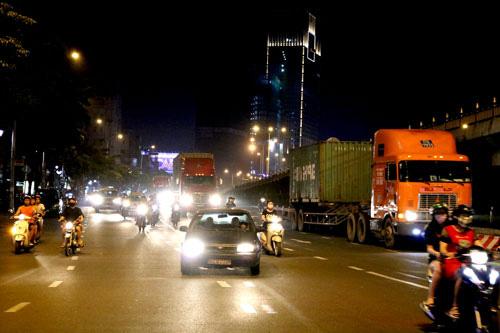 Xe tải nặng tung hoành vào giờ cấm - Ảnh 1.