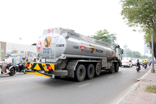 Xe tải nặng tung hoành vào giờ cấm - Ảnh 2.