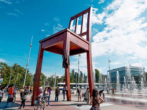 Ý nghĩa của chiếc ghế gãy đối diện trụ sở LHQ - Ảnh 1.