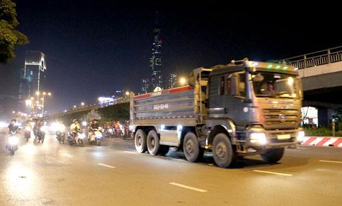 Xe tải nặng tung hoành vào giờ cấm: Phơi bày điểm yếu khó hiểu - Ảnh 1.