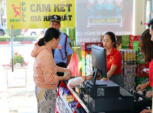 Bình Phước: Khai trương siêu thị bán hàng giảm giá - Ảnh 1.