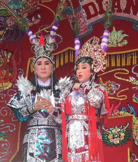 NSƯT Kim Tử Long và Thoại Mỹ trên sân khấu cúng đình tại Dĩ An, Bình Dương