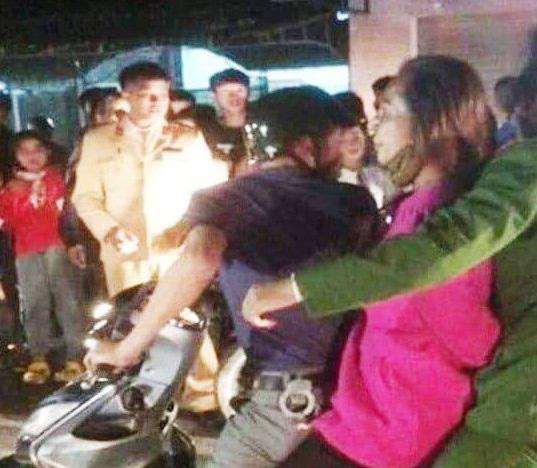 Hai người ở TP HCM đi lưu diễn bị người dân bắt giữ vì nghi bắt cóc trẻ em - Ảnh 1.