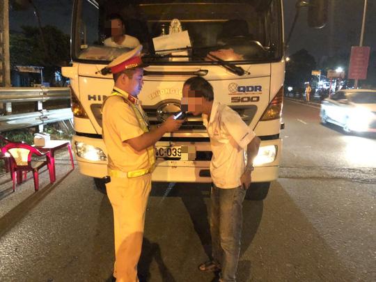 Tài xế dương tính với ma túy chạy xe container trên quốc lộ qua Đà Nẵng - Ảnh 1.