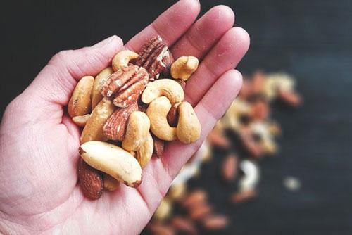 Nên để vỏ hay bóc vỏ khi ăn các loại hạt? - Ảnh 1.