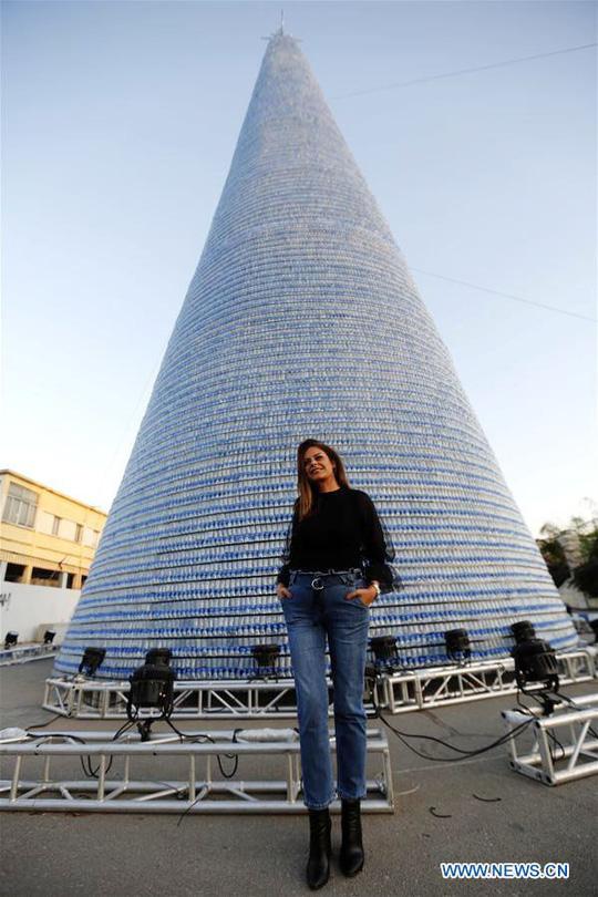 Cô gái làm cây thông Noel cao hơn 28m từ 129.000 chai nhựa bỏ đi - Ảnh 2.