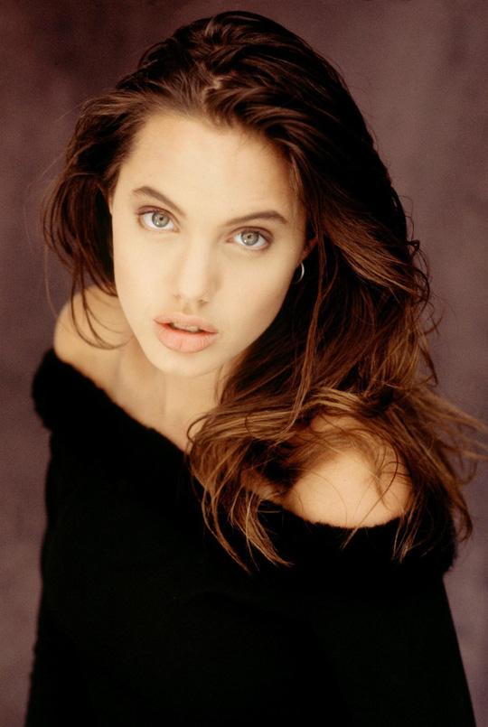 Vẻ đẹp như búp bê của Angelina Jolie năm 11 tuổi - Ảnh 6.