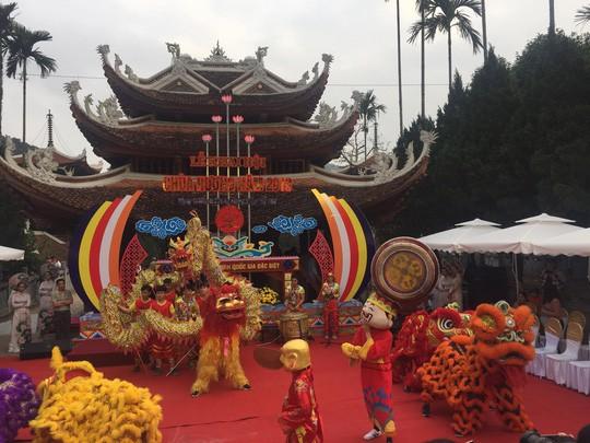 Hàng vạn người đổ về chùa Hương ngày khai hội - Ảnh 2.